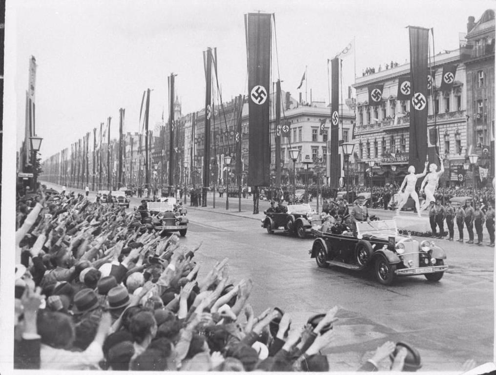 De aankomst van Hitler op de Olympische Spelen in 1936. (Bron: Beeldbank WO2, collectie NIOD.)