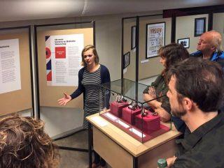Ellen Bijsterbosch licht de expositie in Utrecht toe (foto Arjan den Boer)