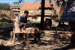 Een houthakker aan het werk bij het kasteel - © Clément Guérard