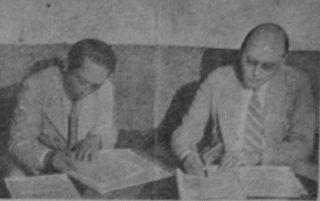 Ondertekening van het Akkoord van Linggadjati door Soetan Sjahrir en Wim Schermerhorn (r)