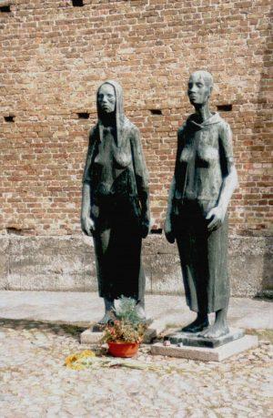 Het monument Frauengruppe in kamp Ravensbrück houdt de herinnering aan het grootste concentratiekamp voor vrouwen in leven. Foto: Wikimedia Commons.