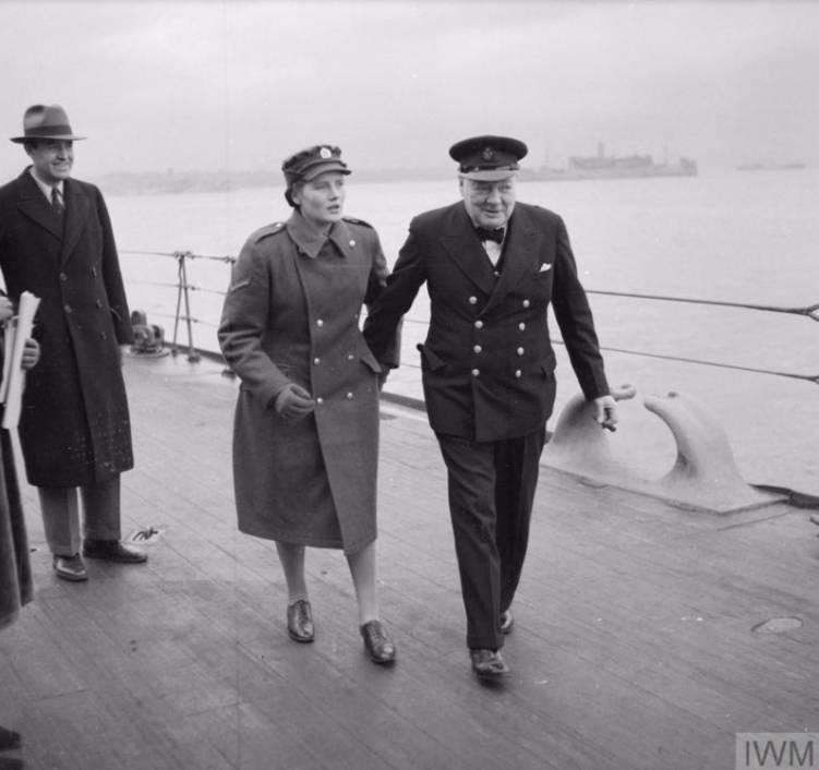Winston Churchill aan boord van de HMS Duke of York, kort voor zijn vertrek naar de VS. De vrouw op de foto is zijn dochter Mary. (Imperial War Museums)