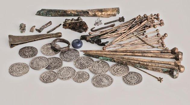Inhoud van de 'schatbuidel', met de handelsvoorraad van een (haar)speldenmaker. Foto: A. Dekker