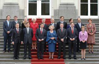 De bordesscène van de ministers van het kabinet-Balkenende IV (Rijksoverheid)