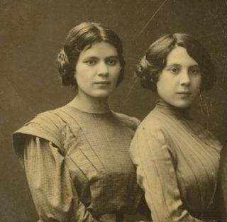 De zusjes Mina (links) en Ettia (rechts) Mednitzky, rond 1910