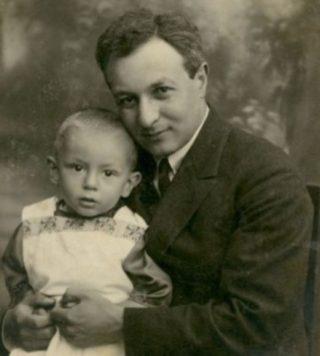 Dr. Arie Leib Chwojnik met zijn zoon Matitiahu op schoot, rond 1924.