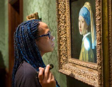 Mauritshuis-restaurator en onderzoeksleider Abbie Vandivere bestudeert het Meisje met de parel. (Foto: Mauritshuis)