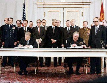 President Leonid Brezjnev en Jimmy Carter ondertekenen SALT II op 18 juni 1979 in Wenen.