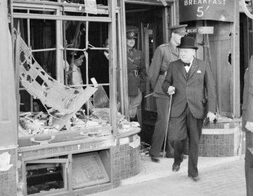 Winston Churchill in 1940, tijdens een bezoek aan het gebombardeerde Kent