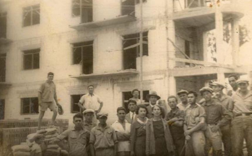 Reis terug in de tijd: hetzelfde gebouw in het begin van de jaren dertig, toen het Chwojnik-ziekenhuis werd gebouwd. In het midden, met de witte sjaal, mijn oma Chana Chwojnik. Naast haar haar tante Ettia Mednitzky, de vrouw van dr. Chwojnik.