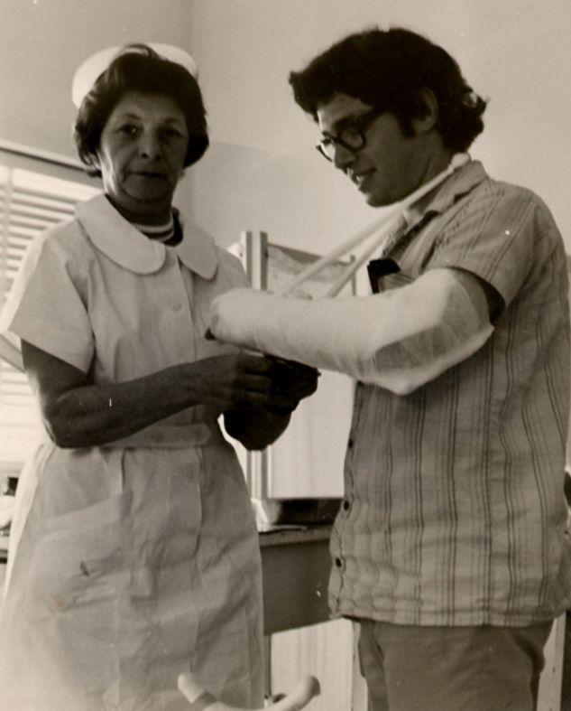 Mijn oma Chana Chwojnik die na haar pensionering nog vrijwillig als verpleegster werkt.