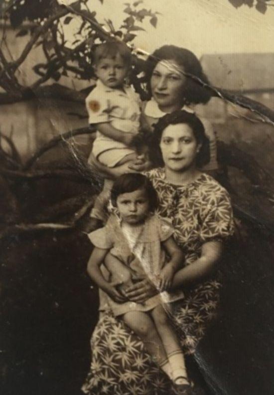 In de jurk met het patroon, mijn oma's zus Libke Chwojnik met haar kinderen Mirjam en Chaim, die alle drie zijn vermoord. Haar zus Leah Chwojnik (rechtsboven) kwam met hulp van dr. Chwojnik naar Israël en werd gered.