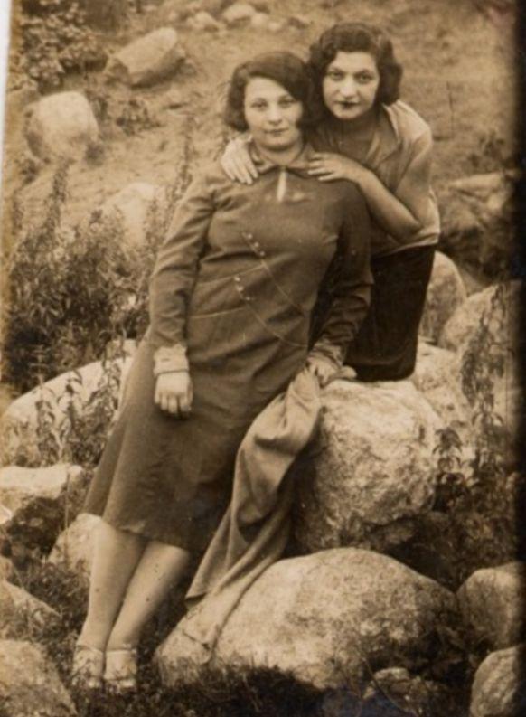 Mijn oma Chana Chwojnik (links) en haar oudere zus Libke Chwojnik (rechts) zijn in Ruzhany achtergebleven en stierven in de Holocaust. Deze foto werd genomen vlak voordat mijn oma Chana haar oude leven achter zich liet en naar Israël emigreerde. Voor Chana was deze foto bedoeld als een aandenken aan haar zus Libke. Ze zouden elkaar nooit meer zien.