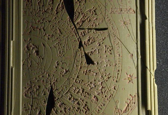 Deel van een diptiek van twee astrologische tabletten (Archeologisch museum, Grand)