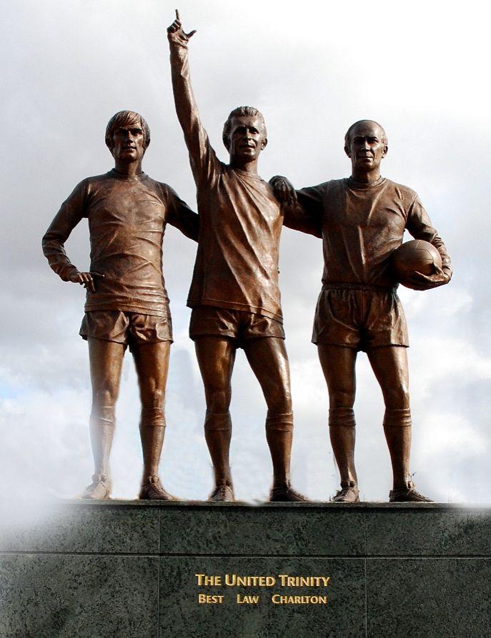 Beelden bij Old Trafford van drie belangrijke spelers uit de geschiedenis van Manchester United: George Best, Denis Law en Bobby Charlton - cc