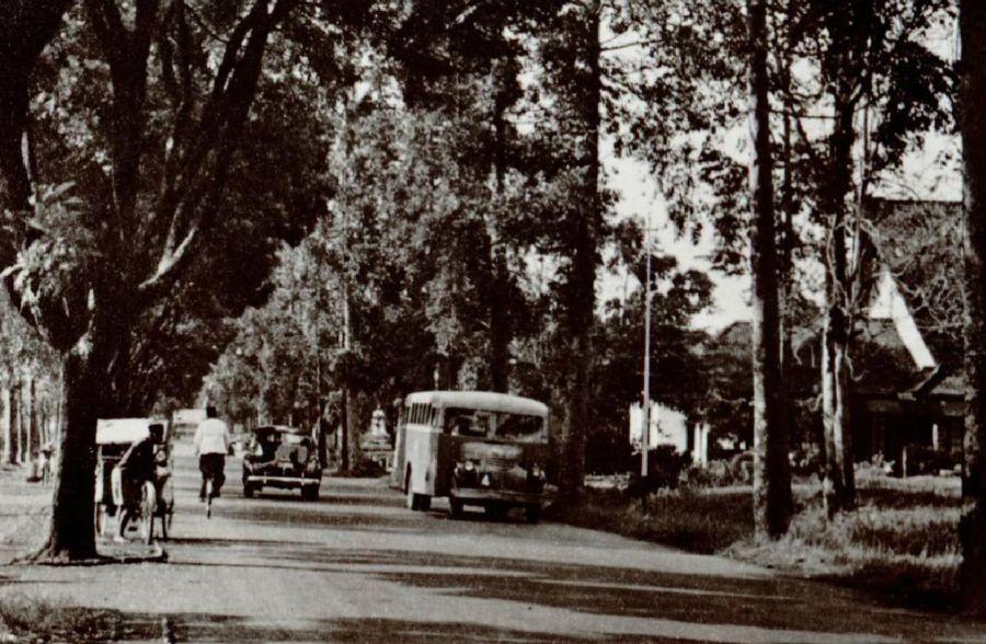 Fotoprentkaart van de Dagoweg te Bandoeng, circa 1930 (KITLV)