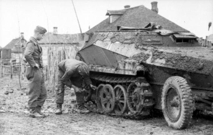 De wegen richting Moskou veranderden in het najaar van 1941 in modderpoelen. Bundesarchiv, Bild 101I-140-1210-26A / Götze / CC-BY-SA 3.0