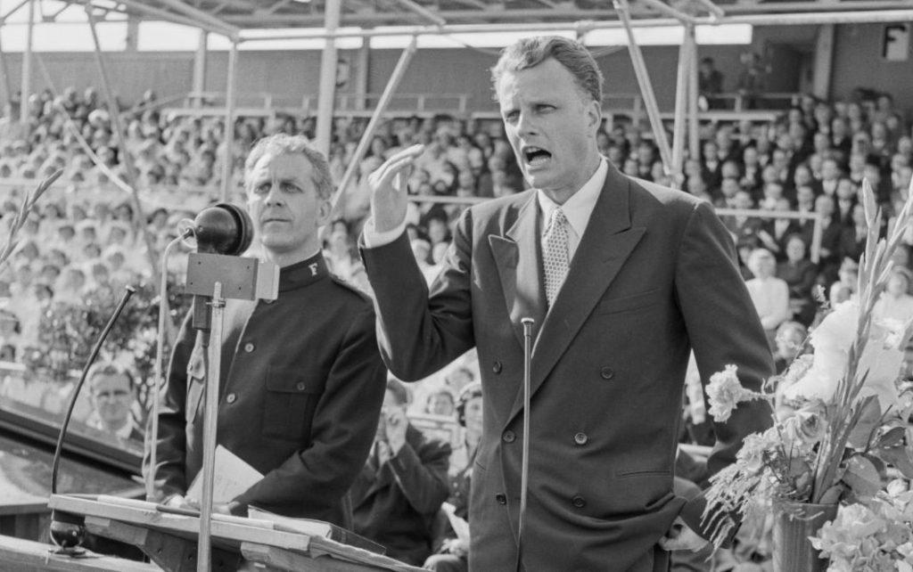 Billy Graham tijdens een spreekbeurt in Noorwegen, 1955 (National Archives of Norway)