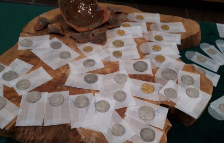 Deel van de muntschat en een fragment van de aardewerken pot (Gemeente Vianen)