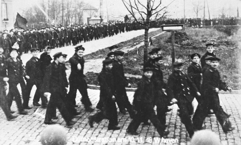 Demonstratie van matrozen in Wilhelmshaven in Kiel, 10 november 1918 (Bundesarchiv)
