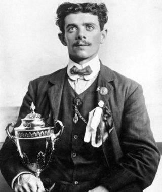 Dorando Pietri met de gouden beker die hij van koningin Alexandra ontving