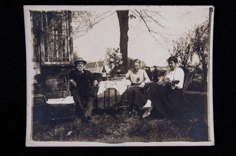 Non met vader en stiefmoeder in de tuin van De Steeg. Foto door Ruben van Vliet.