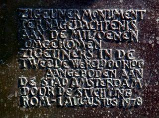 Tekst op het Zigeunermonument op het Museumplein in Amsterdam (cc - Wagner De Cunto)