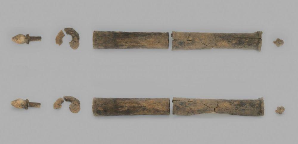 Cilindervormig object met gedraaide eindknoppen en flenzen. Scepter of papyrusrolhouder. (RWS)