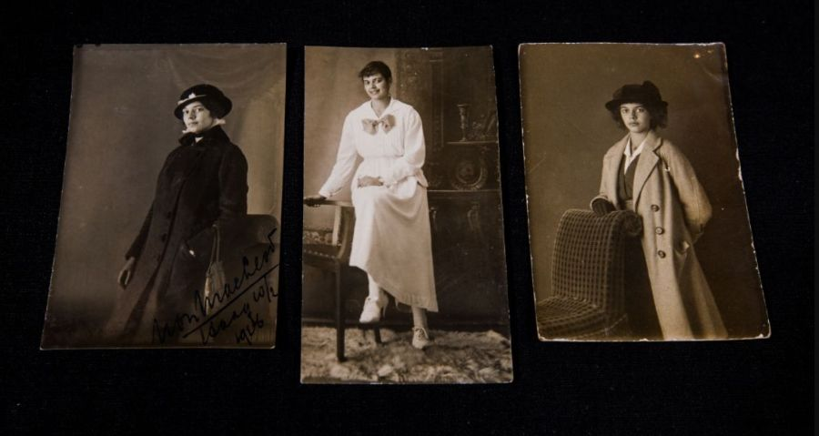 Drie jeugdfoto's van dochter Non. Foto door Ruben van Vliet.