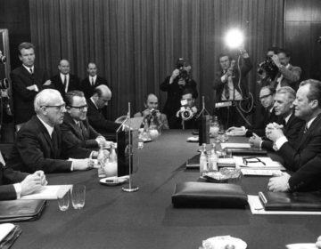 Neue Ostpolitik - Ontmoeting in 1970 tussen de regeringen van de Bondsrepubliek en de DDR. Links DDR-minister-president Willi Stoph, rechts bondskanselier Willy Brandt. (cc - Bundesarchiv)