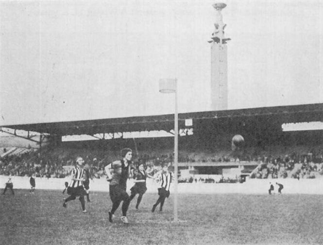 Korfballers in het Olympisch Stadion tijdens de Olympische Spelen van 1928 - Was toen geen officiële (demonstratie)sport - Foto: NOC - wiki