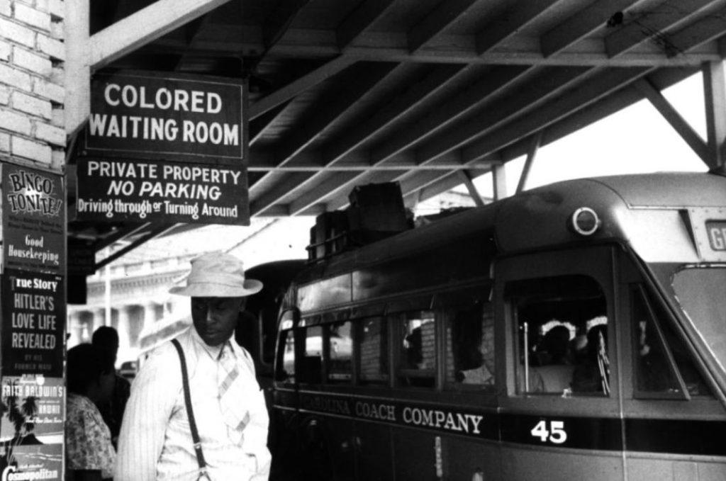 Jim Crow-wetten - Wachtruimte voor zwarte Amerikanen op een perron