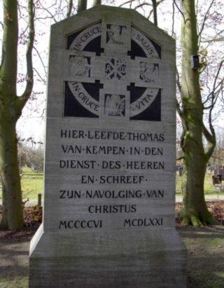 Monument voor Thomas a Kempis bij de ingang van Begraafplaats Bergklooster in Zwolle. (cc - Onderwijsgek)