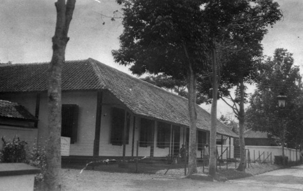 De ziekenzaal gelegen aan de weg in ziekenhuis Garoet, circa 1925 (Wikimedia Commons/Collectie Stichting Nationaal Museum van Wereldculturen)