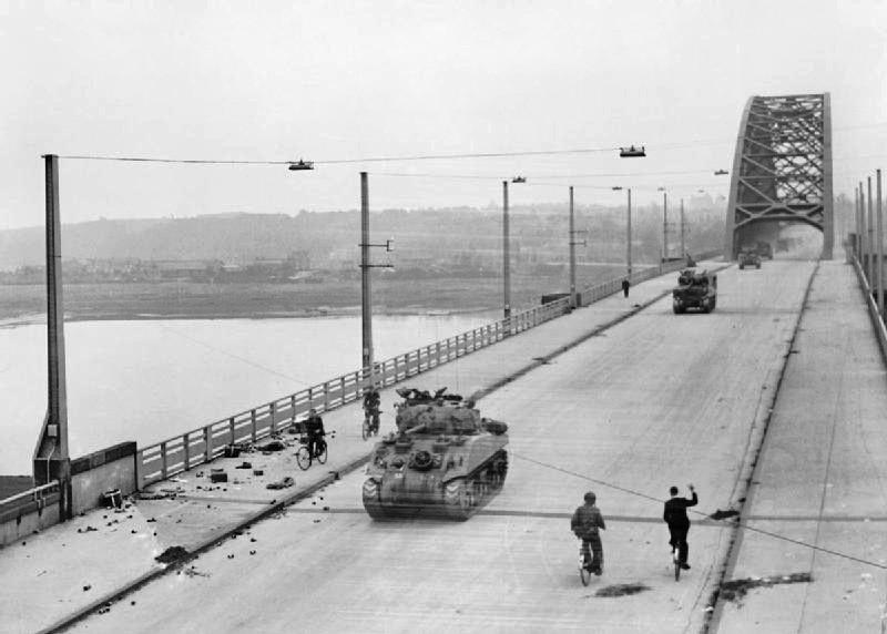 Guards Panterdivisie steken de brug bij Nijmegen over in Operatie Market Garden, september 1944.