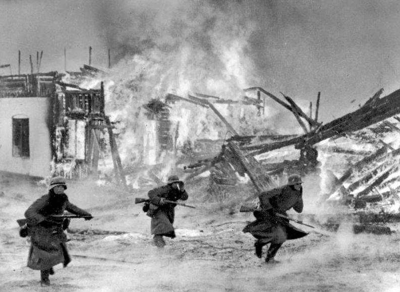 De Duitsers vallen in 1940 een Noors dorp aan (cc - Bundesarchiv)