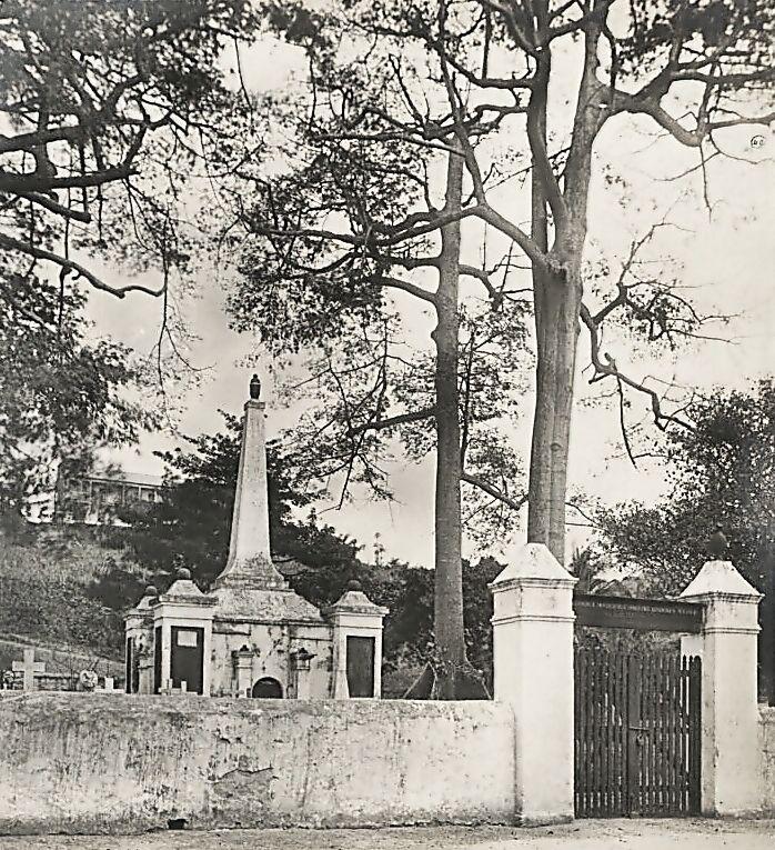 Grafmonument Daendels bij Elmina (wiki - The National Archives)