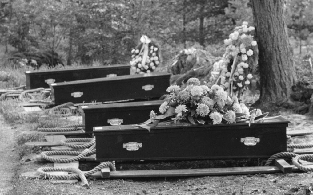 Herbegrafenis van Nederlandse oorlogsslachtoffers te Loenen (cc - Anefo - 1960)