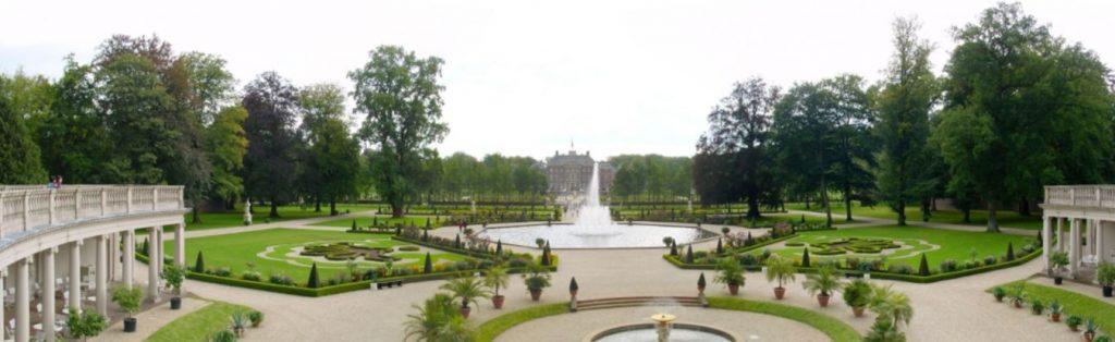 Het paleis, gezien vanuit de tuin (cc - Wouter Hagens)