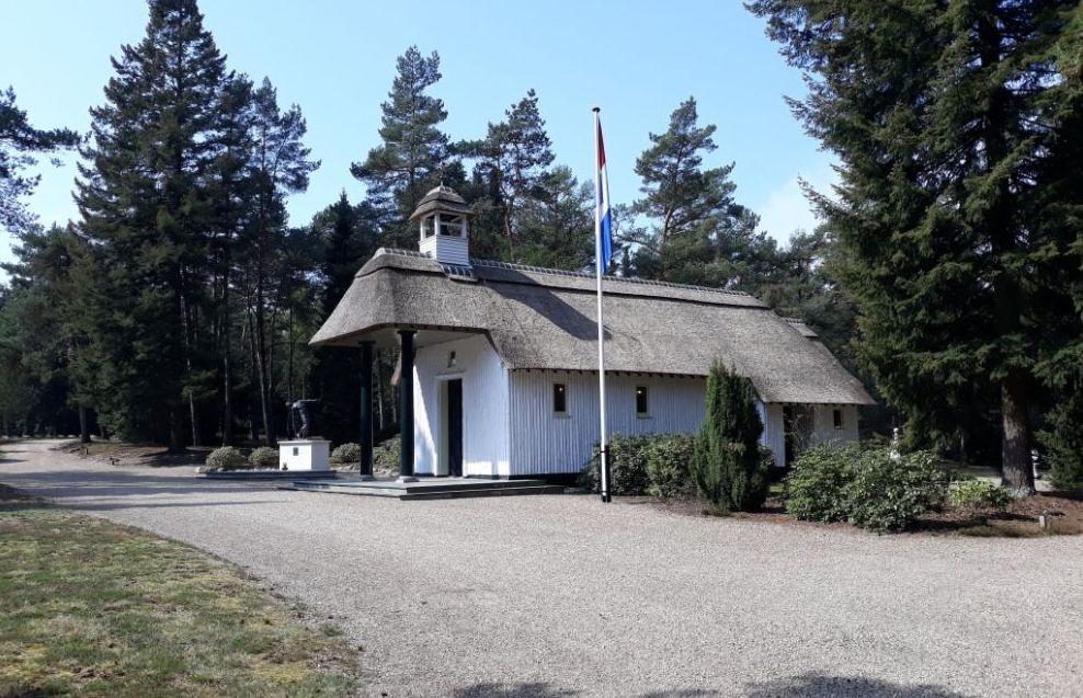 Kapel van Ereveld Loenen met links het monument 'De Vallende Man' (Historiek)