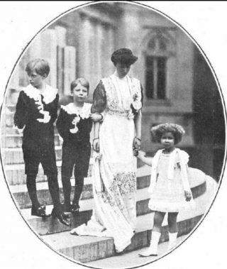 Koningin Elisabeth met haar kinderen, Leopold en Karel links (1914)