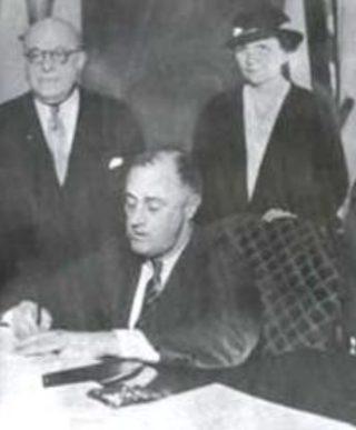 Roosevelt ondertekent de National Labor Relations Act