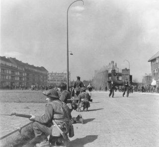 Canadese soldaten in Groningen. Paterswoldseweg, zicht op Niemeyerfabriek