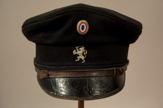 Pet van het Landelijke eenheidsuniform voor de Gemeentepolitie, dat in het voorjaar van 1941 werd ingevoerd en per 1 maart 1943 werd vervangen. Fotograaf: Tijmen de Nooy