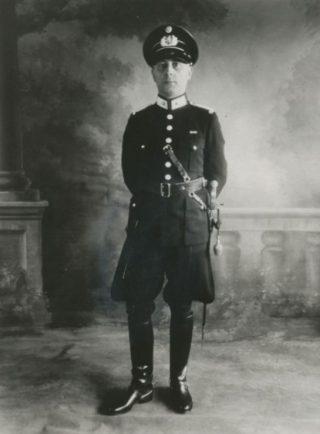 Zwart-wit foto van de korpschef van de Gemeentepolitie Den Helder met de rang van majoor met het ingevoerde landelijke eenheidsuniform voor de gemeentepolitie, 1941.