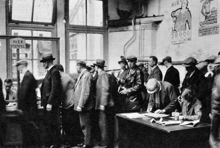 De crisisjaren (1929-1939) - De Grote Depressie - Werklozen in een stempellokaal in Amsterdam-Noord, 1933 (Nationaal Archief - wiki)