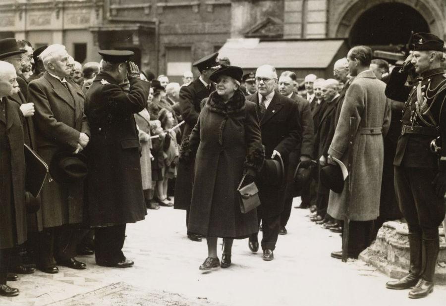 Koningin Wilhelmina bezoekt in Londen de puinhopen van de gebombardeerde Nederlandse kerk (RVD, 1941)