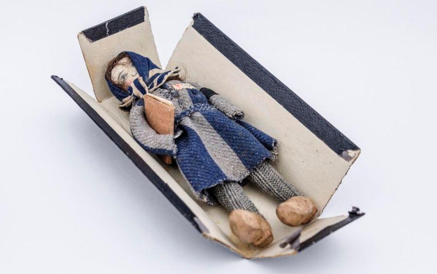 Het popje van Riek Snel in een doosje - Collectie NM Kamp Vught - Foto: Jan van de Ven