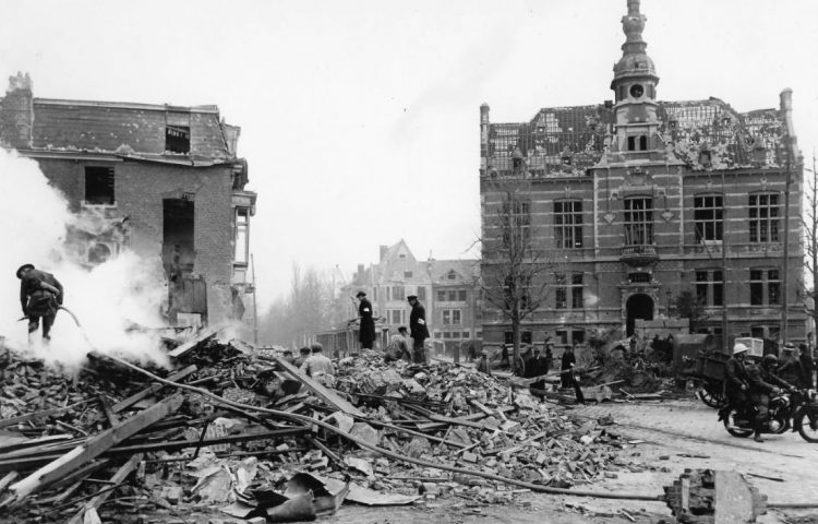 Het centrale Gemeenteplein met het oude gemeentehuis, waarvan de klok tot de afbraak op exact 15u32 zou blijven stilstaan.