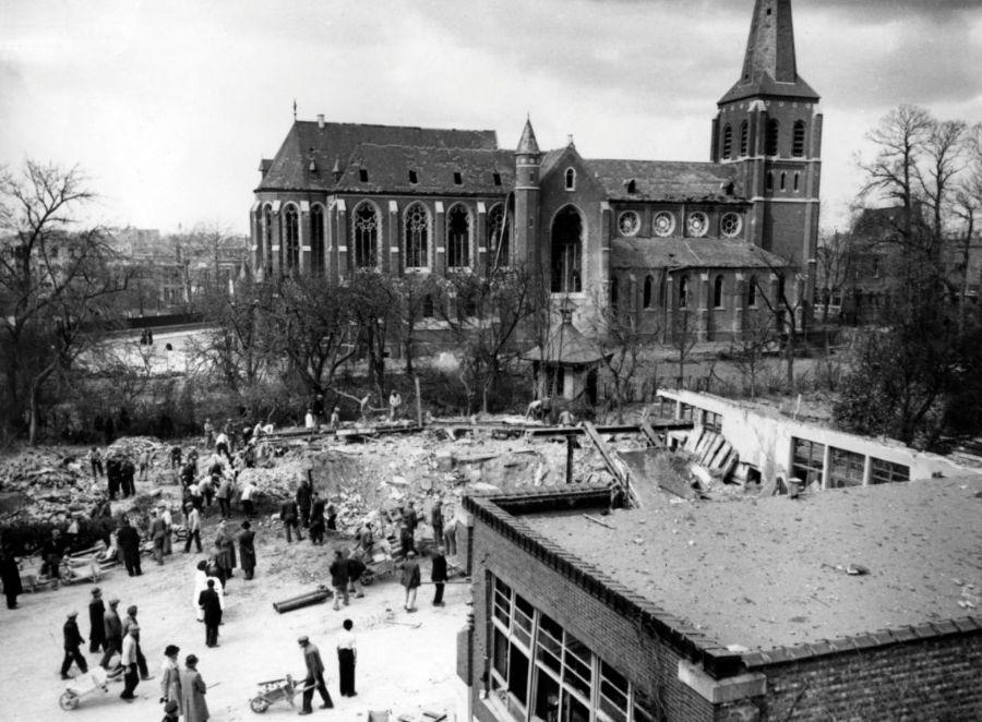 De zwaarst getroffen school Sint-Vincentius met daarachter de beschadigde Heilig-Kruiskerk.